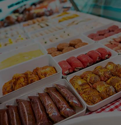 offene Fleisch-Auslage in der Metzgerei-Theke