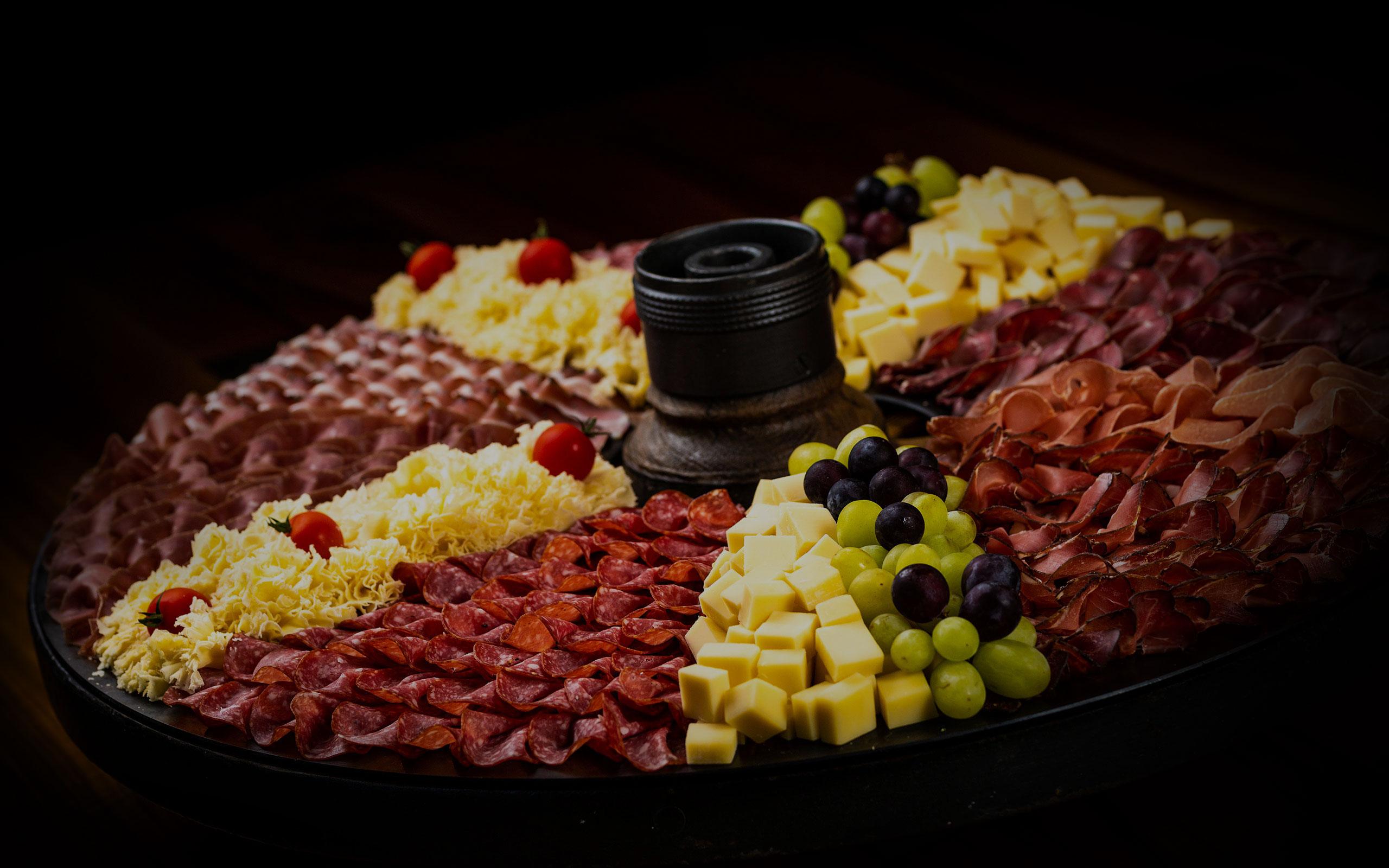 Hirschen Metzg Partyteller angerichtet mit Käse und Aufschnitt